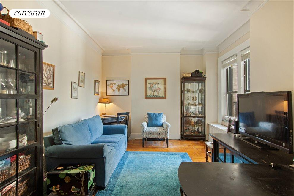Living room, high ceilings, windows to the park