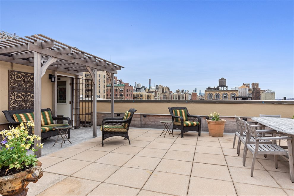 Glorious roofdeck with pergola & views!