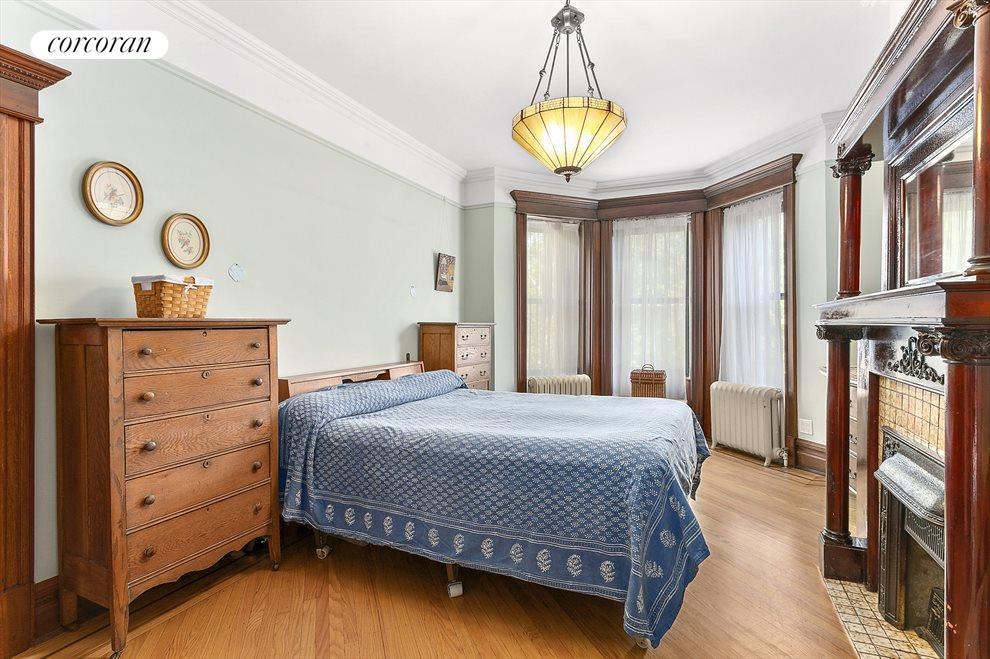 Main bedroom has en-suite bath & walk-in closet.