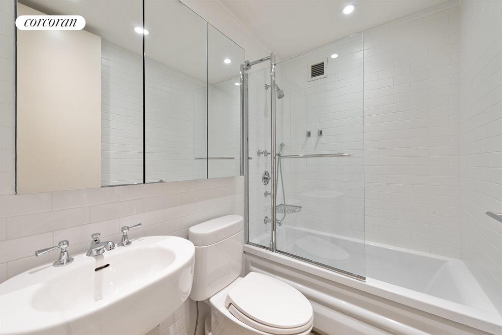 En suite bathroom with Jacuzzi bathtub