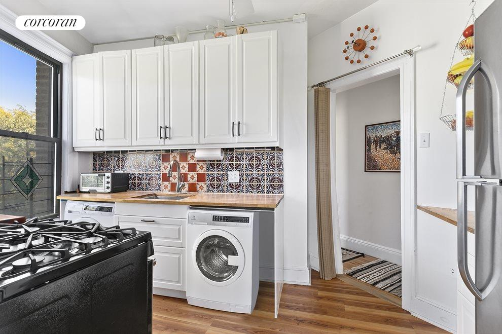 Beautiful kitchen with washer/dryer