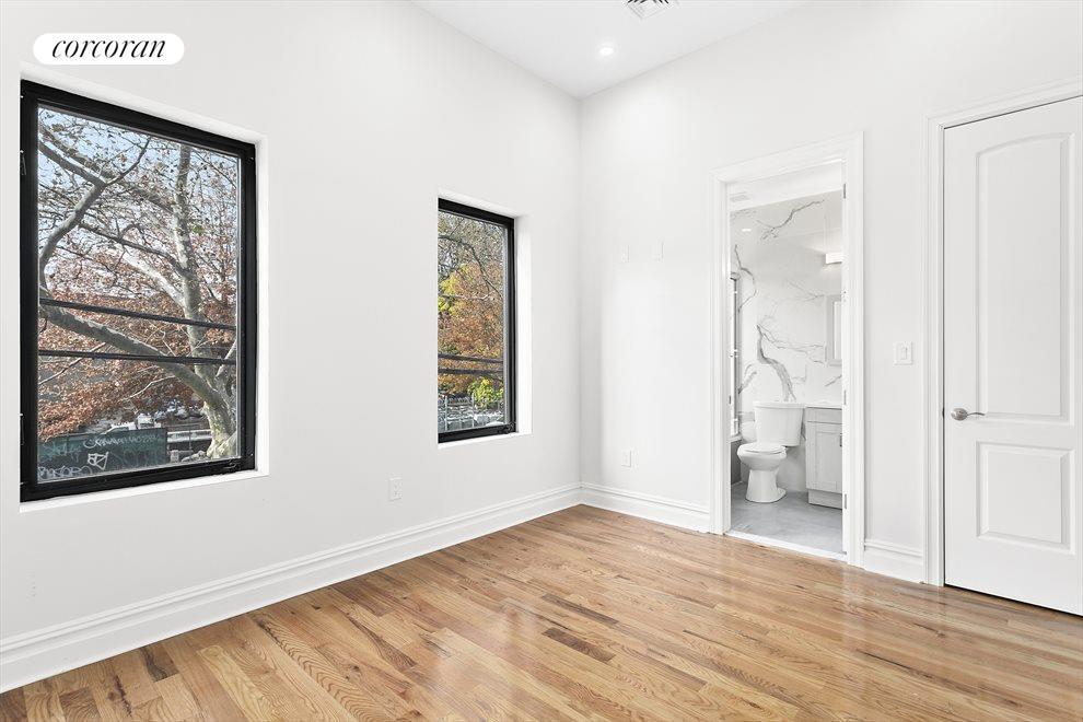 Bright master bedroom with en suite bathroom!