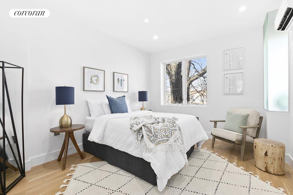 Huge Master Bedroom with en-suite and walk-in!