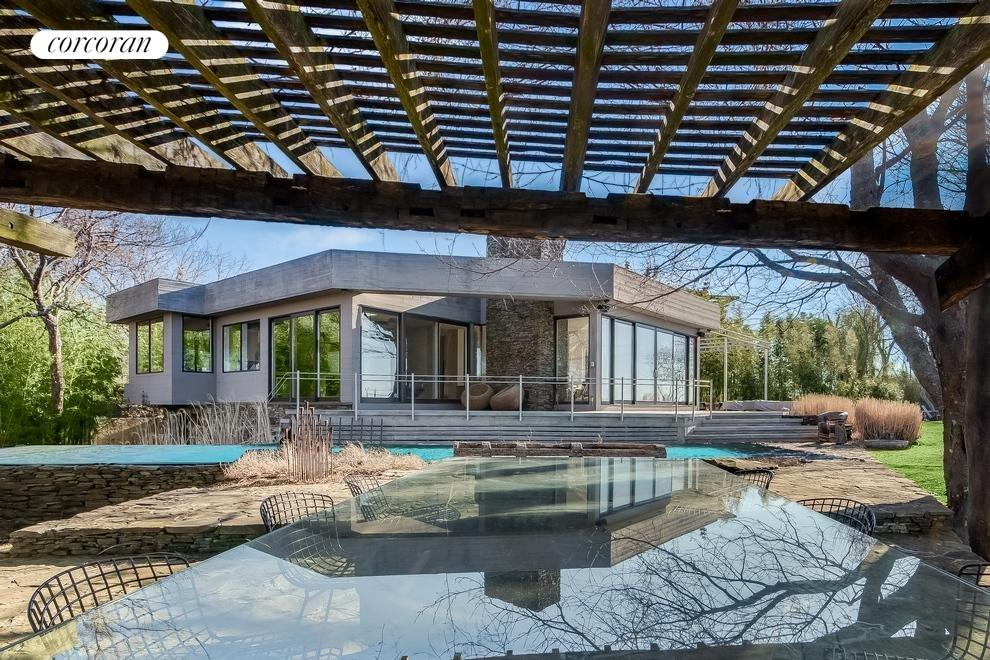 Rear facade, pool and dining pergola