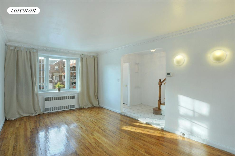 Large Sunny Living Room w beautiful hardwood floor