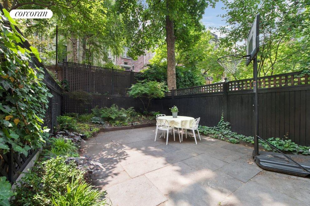Beautiful private & sunny outdoor patio