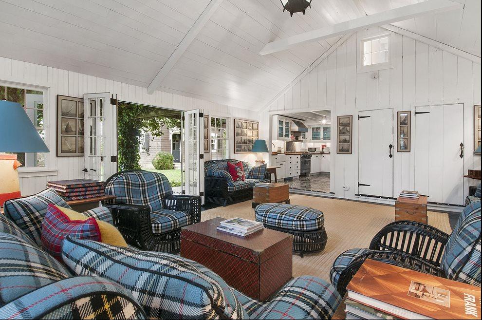 Spacious & Charming Living Room