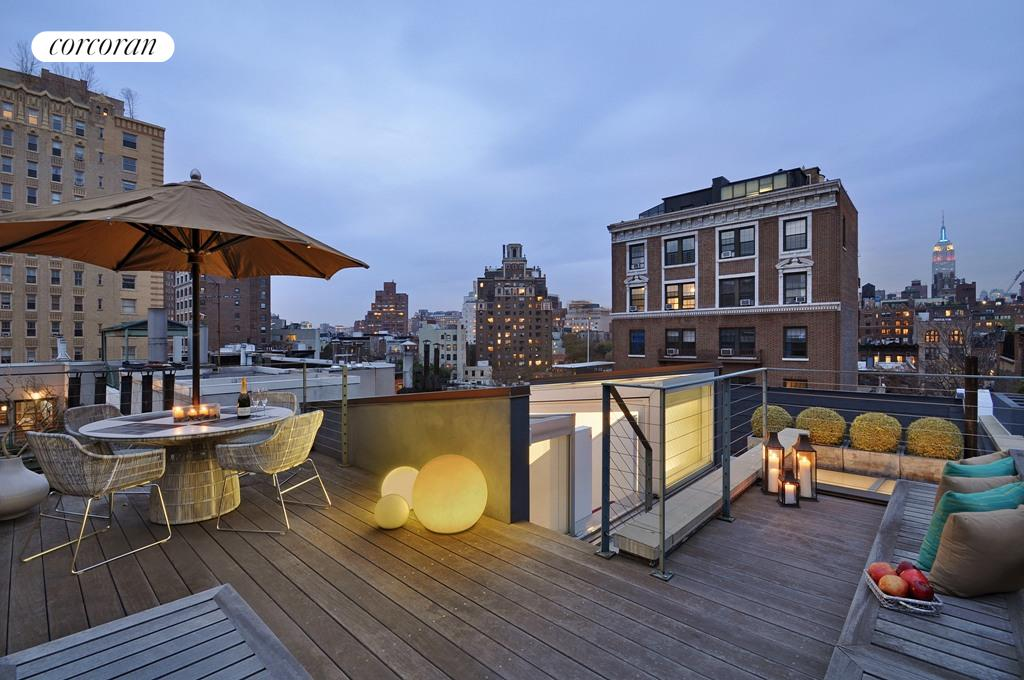 360-degree views from the furnished roof deck
