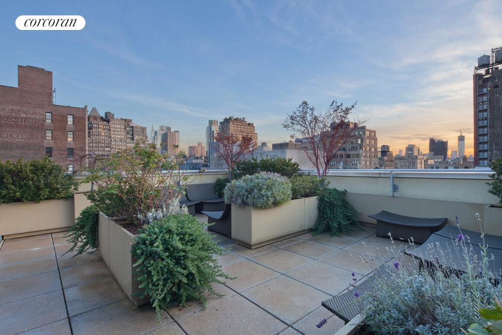 Private landscaped roof deck