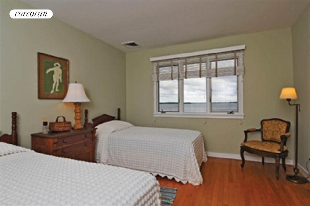 Ensuite guest bedroom 2 with waterviews