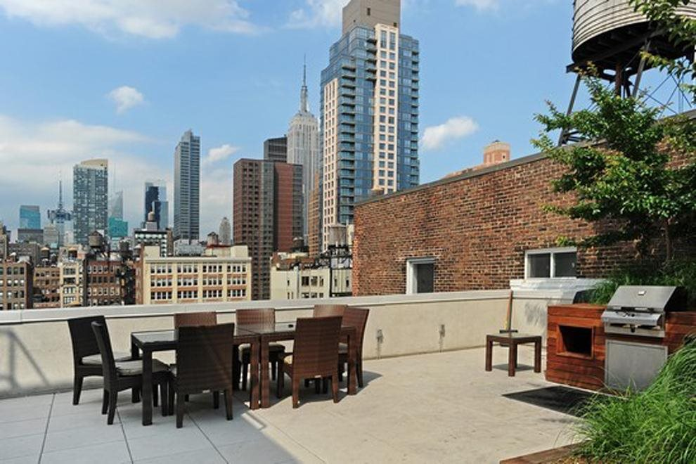 Barbecue and dining on the roof deck