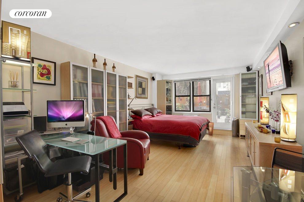 East 15th, 145_1J, New York, NY (15_E_145_#1J_Living_LKatakis)