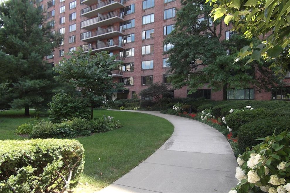 392 Cpw Condominium Apartment Building | View 392 Central Park West | Walk thru a garden