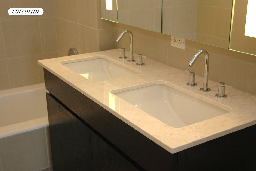 Double sinks in the en-suite master bath