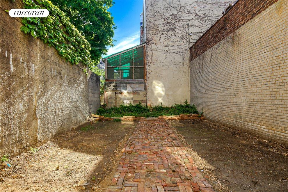 Spacious Backyard Off the Storefront