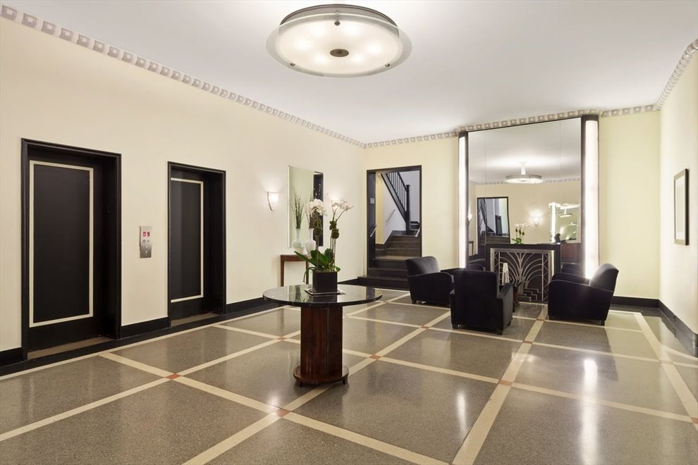 Spacious lobby with 24 hour doorman