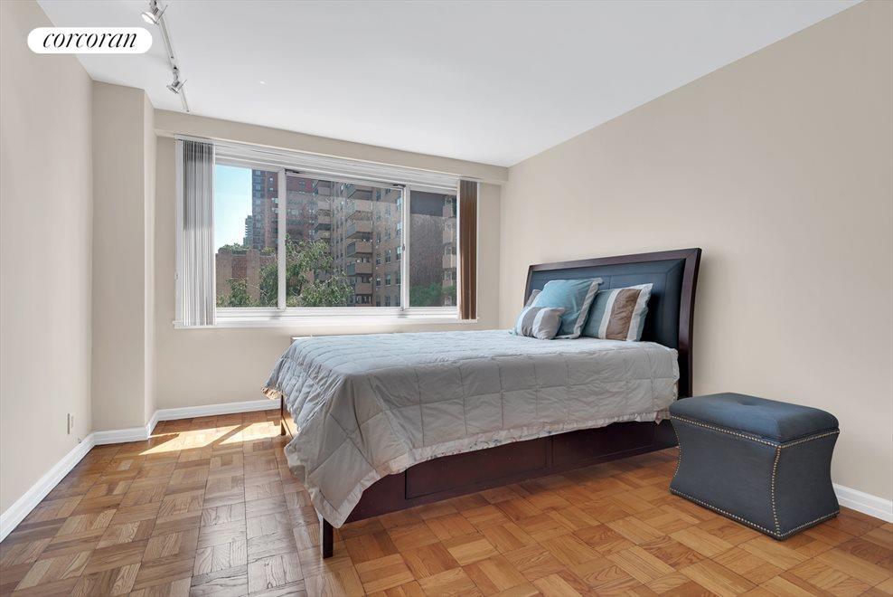 Sunny Master Bedroom with en-suite Bath