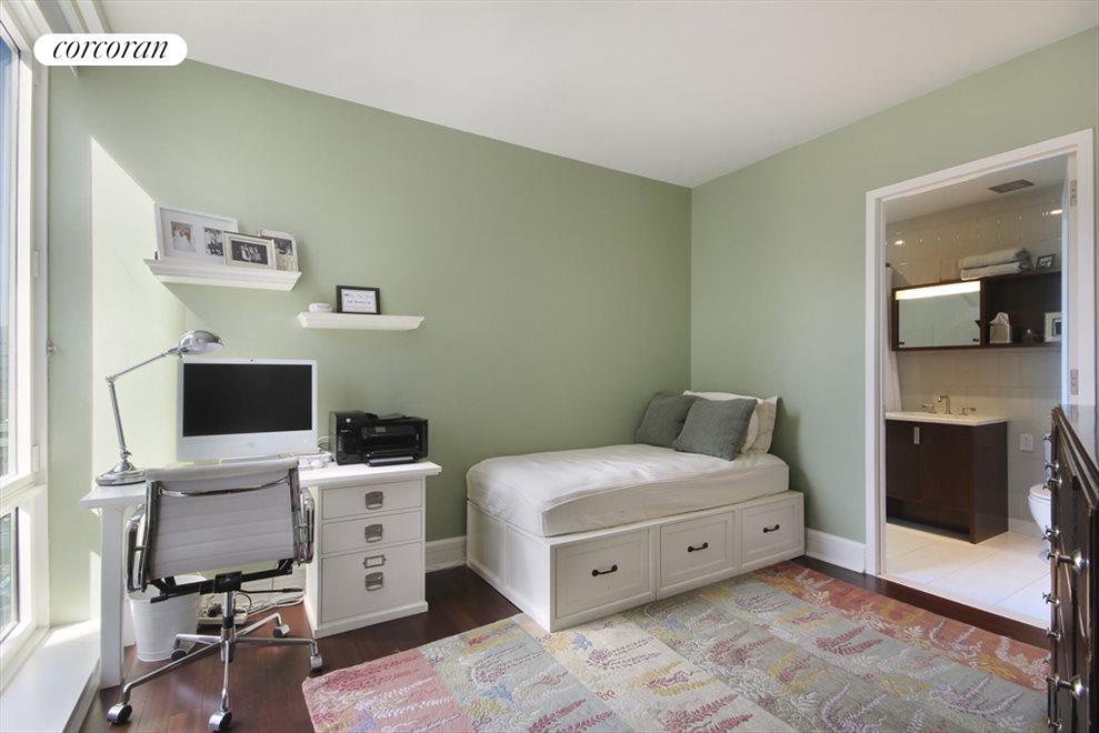 Sunny 2nd Bedroom with En-Suite Bath