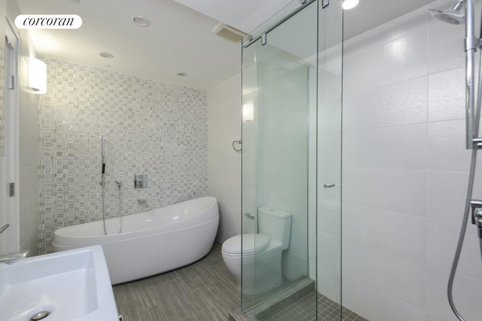 Master Bathroom w/ Dual Sinks, Soaking Tub