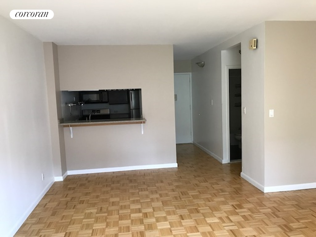 2250 Broadway, 5M, Living Room