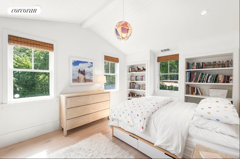 Guest bedroom 3 of 4