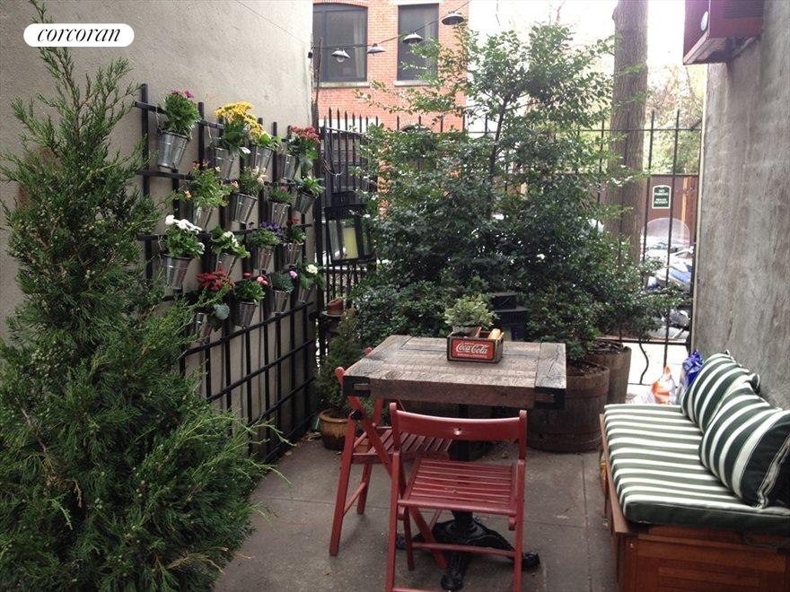 Lovely private yard- a gardener's delight