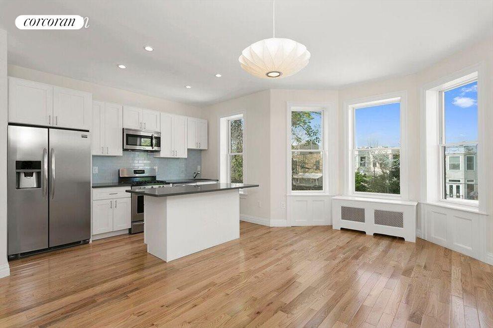 Beautiful Open Kitchen w/ Fridgeaire Appliances