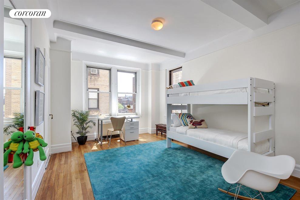 Corner 2nd bedroom with en-suite bath