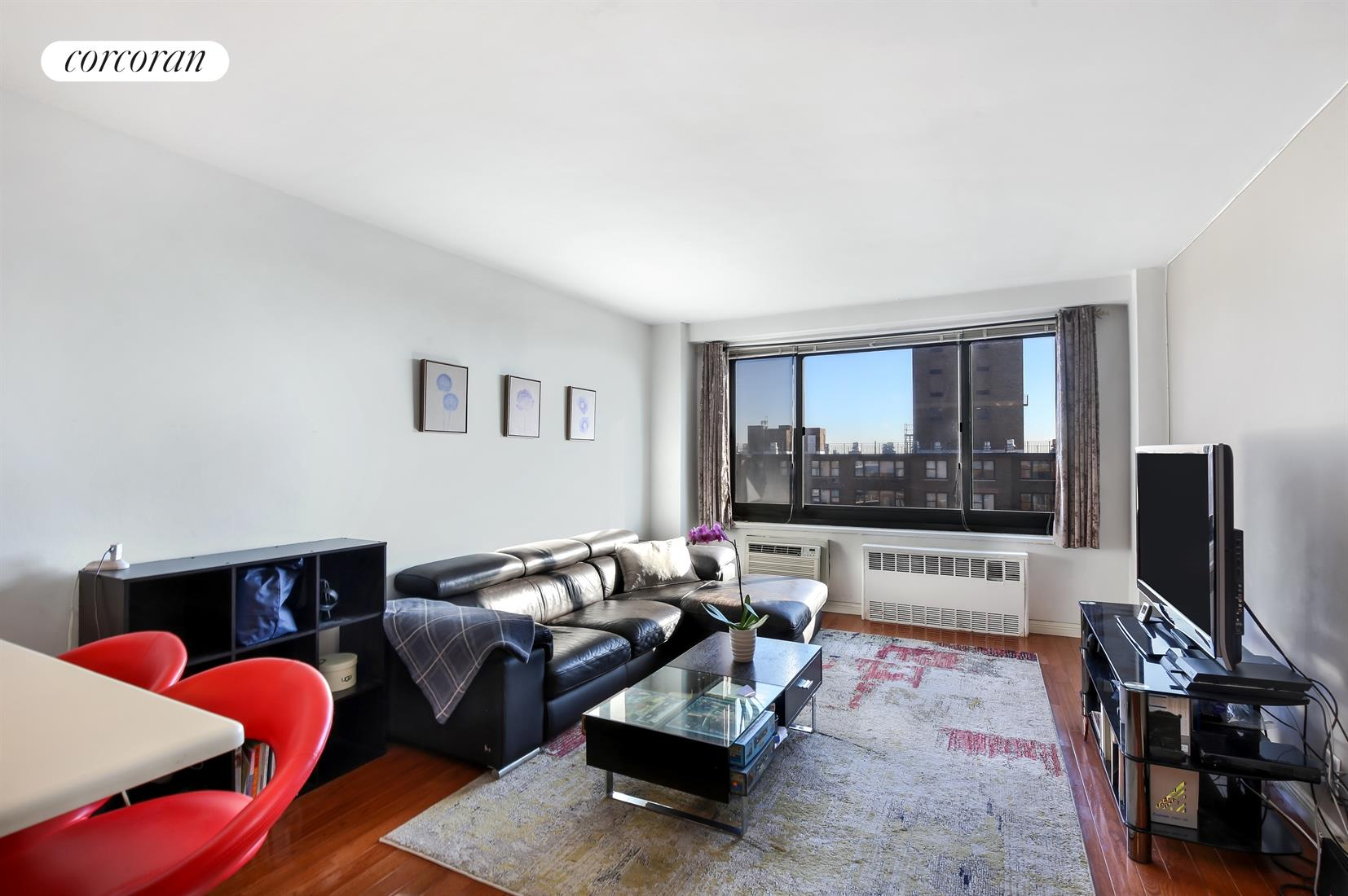 195 Willoughby Avenue, 1710, Bright & spacious living room