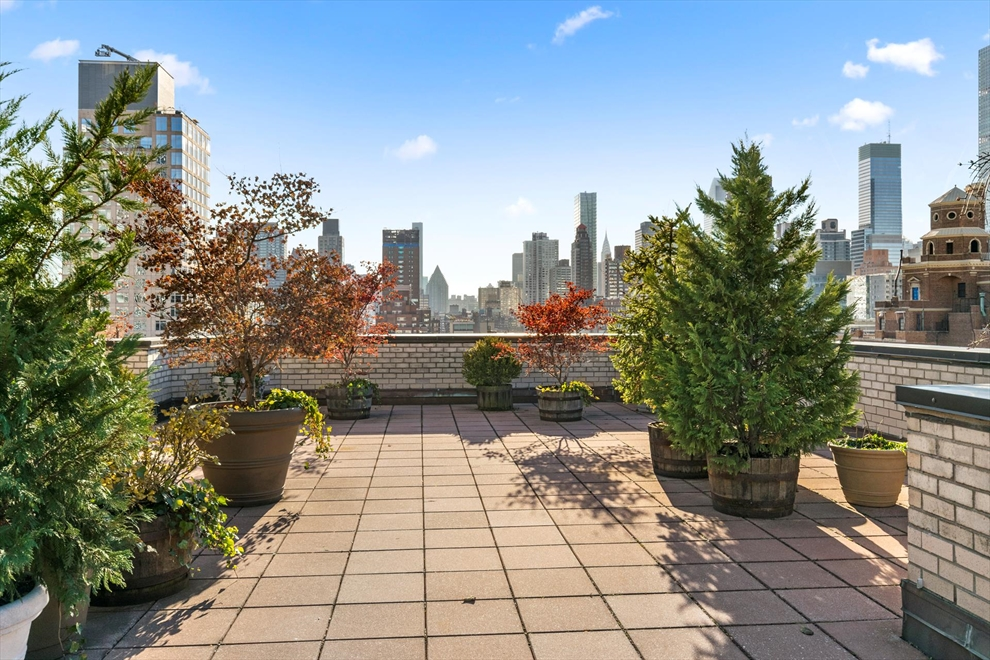 345 East 69th Street, 8G, Sun blasted Living Room!